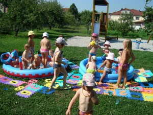 Poletno kopanje v bazenu