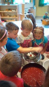 Tudi v kuharskih veščinah se preizkušamo v našem vrtcu
